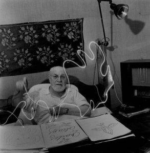 HM-drawing-with-light-Gjon-Mili-1949